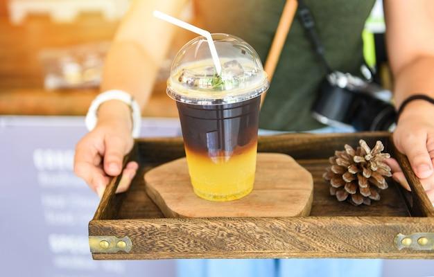 Serwowana mieszanka czarnej kawy syrop pomarańczowy musujący