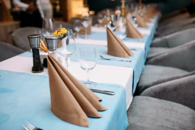 Serwowane stół bankietowy kieliszki do wina serwetki sztućce
