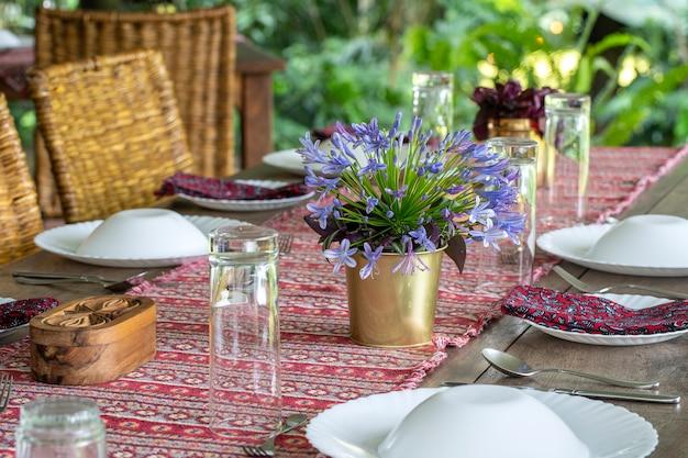 Serwowane stoły i krzesła rattanowe na pustym tarasie restauracji. tanzania, afryka wschodnia