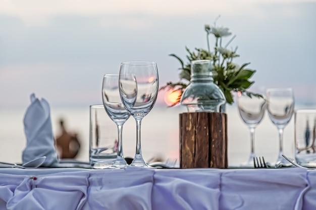 Serwowanie romantycznej kolacji na plaży o zachodzie słońca