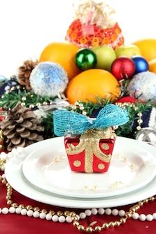 Serwowanie świątecznego stołu na białym tle