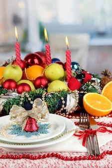 Serwowanie świątecznego stołu na tle pokoju