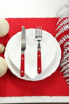 Serwowanie świątecznego stołu zbliżenie