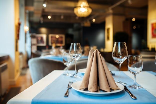 Serwowany bankietowy stół restauracyjny z kieliszkami do wina