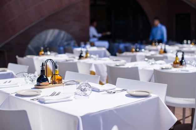 Serwowany stół ustawiony w restauracji na świeżym powietrzu w nowym jorku