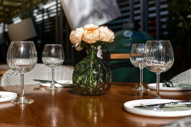 Serwowany stół w kawiarni letniej na tarasie. koncepcja restauracji, z bliska