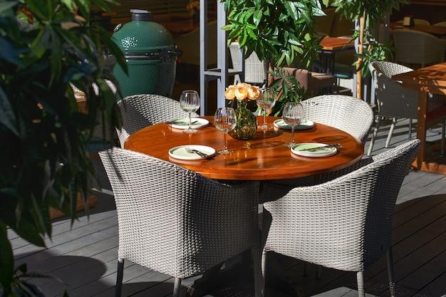 Serwowany stół w kawiarni letniej na tarasie. koncepcja restauracji.