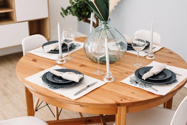 Serwowany stół w nowoczesnej kuchni skandynawskiej.