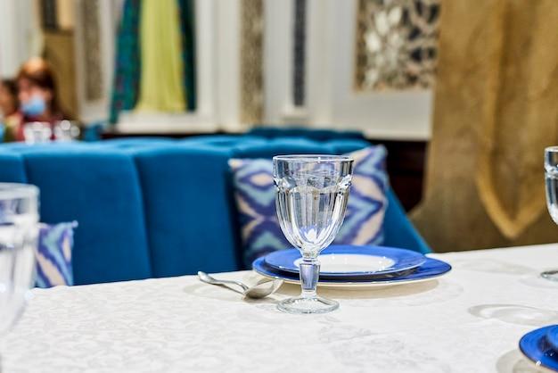 Serwowany stół w restauracji. widok z bliska dań restauracji na stole serwowanym