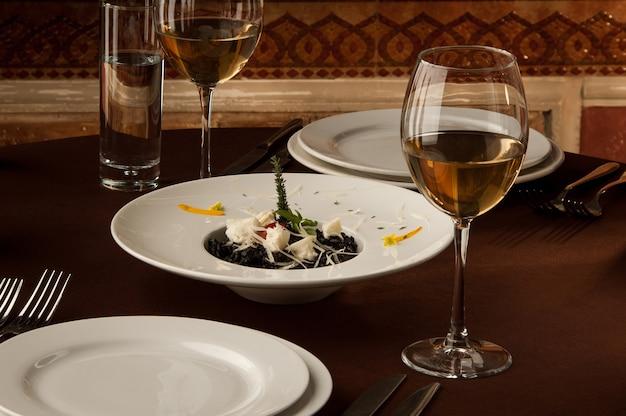 Serwowany stół z kieliszkami wina na tle obrazu