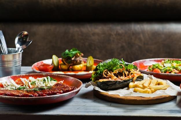 Serwowany stół z różnymi daniami restauracji.