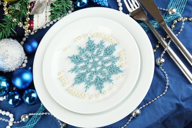 Serwujemy świąteczny stół w niebieskim odcieniu zbliżenia