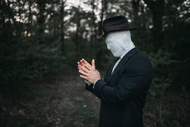 Seryjny maniak z twarzą owiniętą bandażami