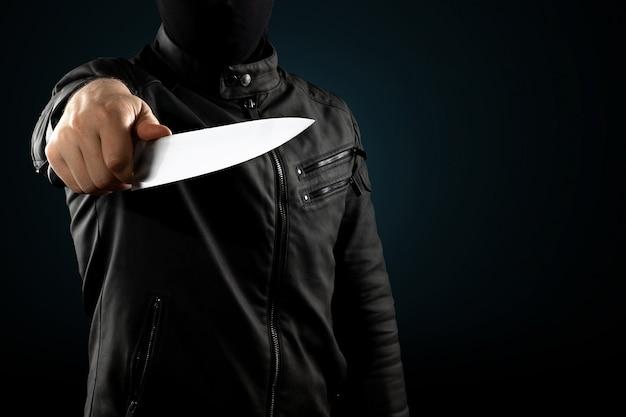 Seryjny morderca, maniak z nożem i czarnym chuolkom na głowie