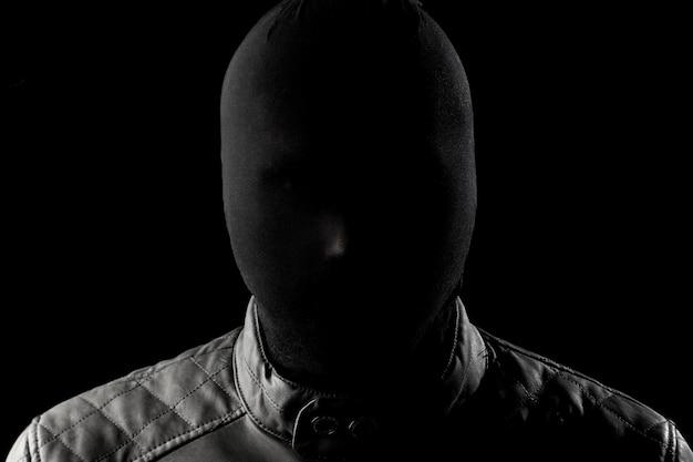 Seryjny zabójca, maniak z czarnym chuolkom na głowie