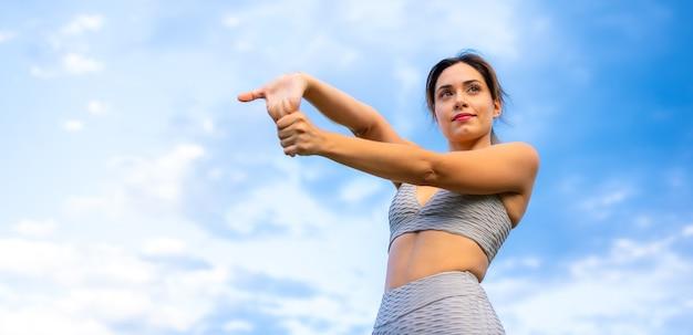 Sesja fitness z młodą dziewczyną rasy kaukaskiej