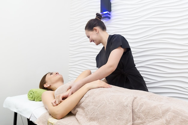 Sesja masażu w gabinecie kosmetycznym, masaż przedramion i ramion