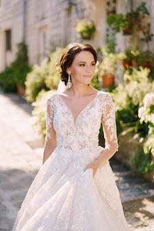 Sesja ślubna w czarnogórze perast portret panny młodej w białej sukni z koronką na starym