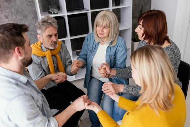Sesja terapii grup trzymając się za ręce