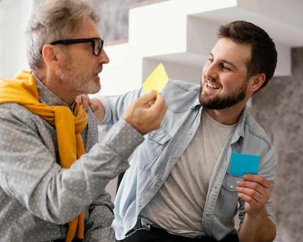 Sesja terapii grupowej z karteczkami samoprzylepnymi