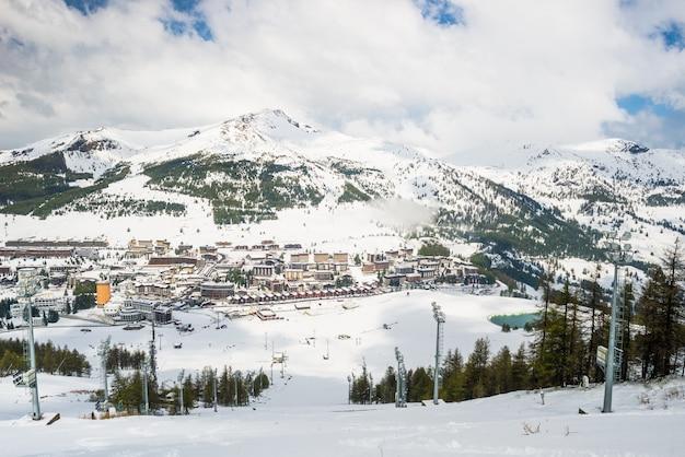 Sestriere, słynny ośrodek narciarski we włoskich alpach
