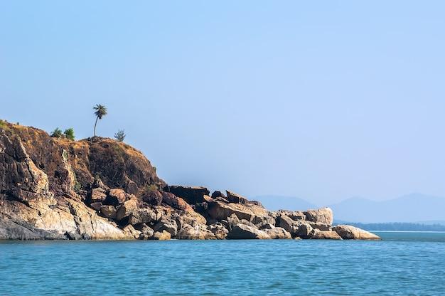 Seszele, typowe skały i tropikalny widok na wyspę