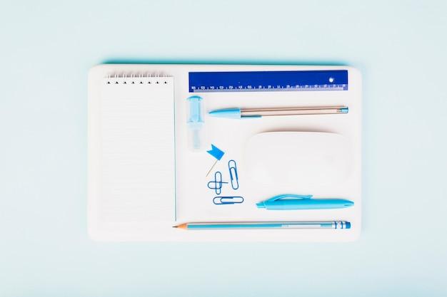 Set błękitny materiały na eleganckim miejscu pracy