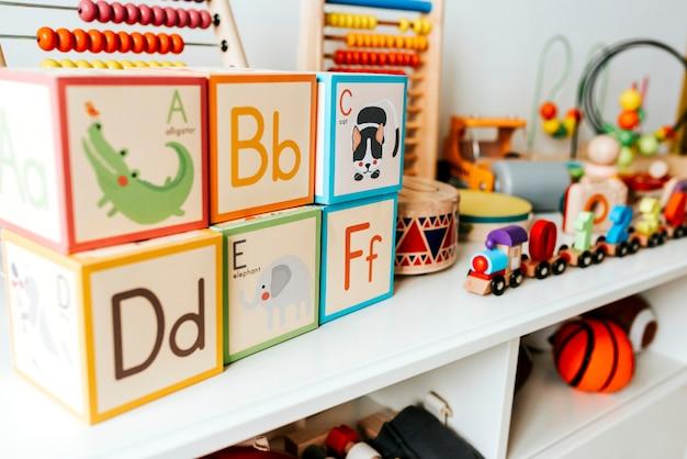 Set dzieciak zabawki na białej półce