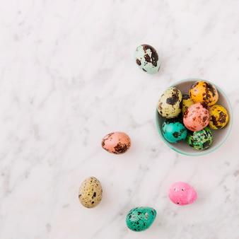Set kolorowi przepiórki Wielkanocni jajka w pucharze