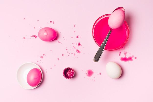 Set różani wielkanocni jajka między kleksami, łyżka i barwidło ciecz