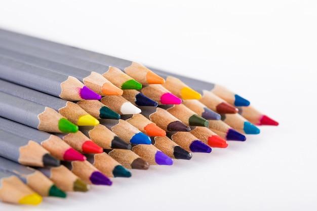 Set różni barwioni ołówki na bielu