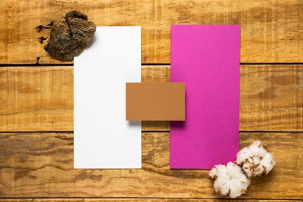 Set ślubne koperty na drewnianym tle
