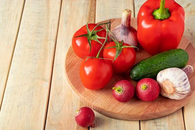 Set świezi warzywa w koszu na drewnianym tle. pojęcie zdrowego odżywiania i diety.
