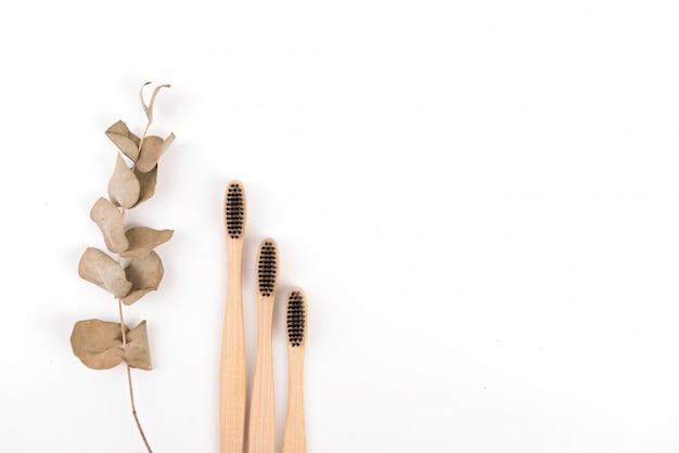 Set szczoteczki do zębów w szkle odizolowywającym na białym tle. bambus ekologiczny. zero marnowania
