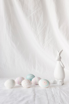 Set wielkanocni jajka z wzorami blisko postaci królik