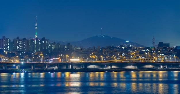 Seul w nocy widok nad rzeką han, korea południowa