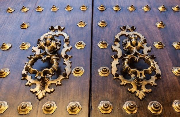 Sewilla, hiszpania. detal starych drzwi, wykonany z drewna, 200 lat.