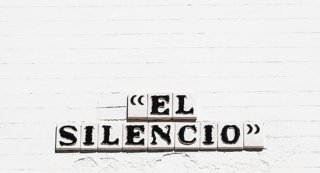 Sewilla, hiszpania. el silencio (cisza) płyta drogowa.