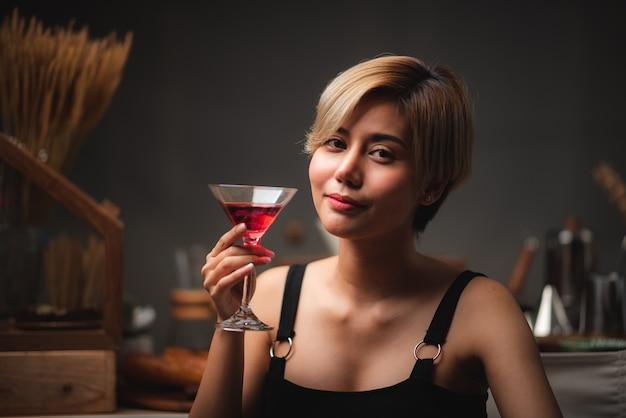 Sexy dziewczyna azjatyckich gospodarstwa kieliszki do czerwonego wina