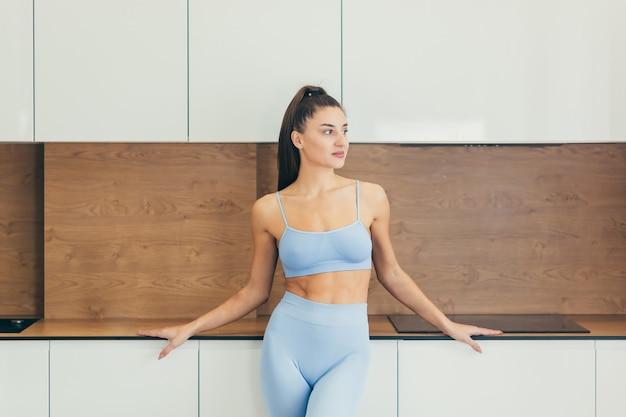 Sexy dziewczyna robi fitness w domu