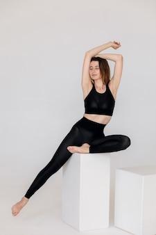 Sexy fitness kobieta piękna wysportowana dziewczyna na szarym tle wysokiej jakości zdjęcia
