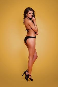 Sexy kobieta flirtuje na sobie strój kąpielowy moda