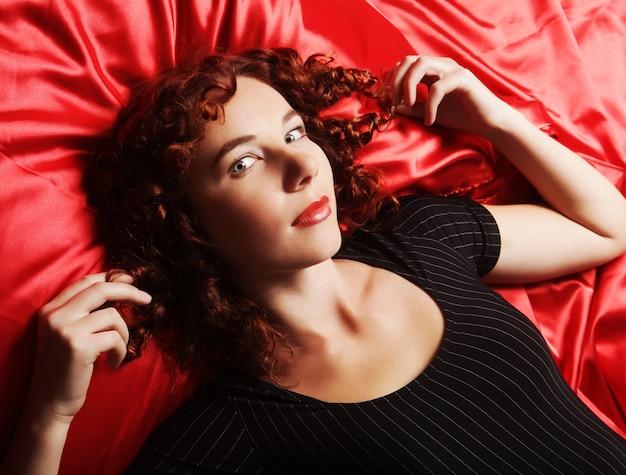 Sexy kobieta na sobie bieliznę na łóżku