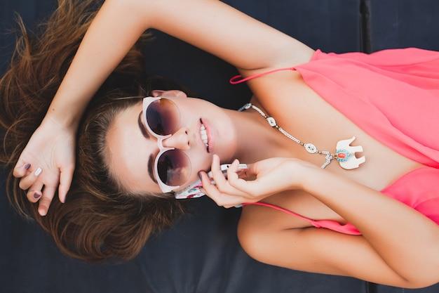 Sexy kobieta rozmawia widok telefonu z góry na sobie okulary przeciwsłoneczne, styl moda lato