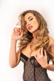 Sexy młoda blond włosy kobieta w pozowanie brązowy gorset