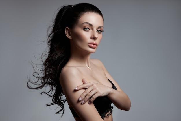 Sexy moda kobieta z długimi włosami, kręcone mocne włosy brunetka dziewczyna w bieliźnie. kosmetyki naturalne do pielęgnacji włosów, mocne odrosty