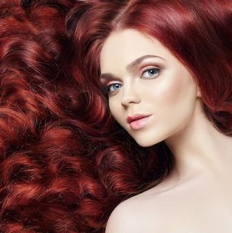 Sexy nagie piękne rude dziewczyny z długimi włosami. idealny portret kobiety na jasnym tle. wspaniałe włosy i głębokie oczy. naturalne piękno, czysta skóra, pielęgnacja twarzy i włosów. mocne i gęste włosy