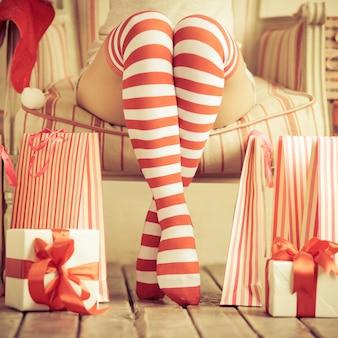 Sexy nogi kobiety. koncepcja świąteczna