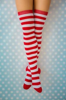 Sexy nogi kobiety santa. koncepcja święta bożego narodzenia. widok z góry