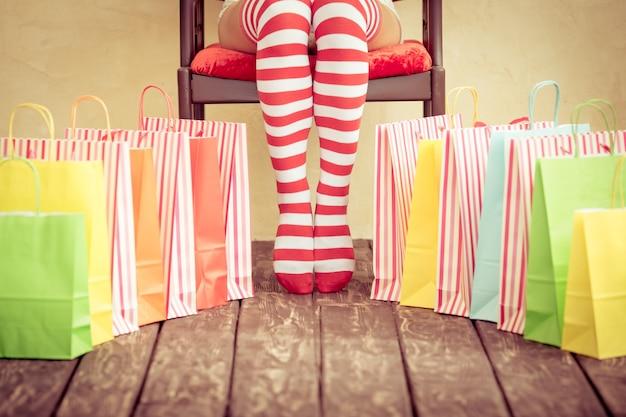 Sexy nogi kobiety santa. koncepcja zakupów świątecznych